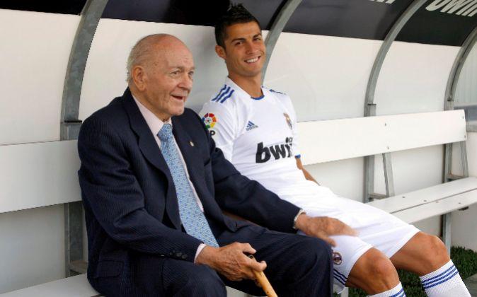 Alfredo Di Stéfano (i), junto a Cristiano Ronaldo (d), en una imagen...
