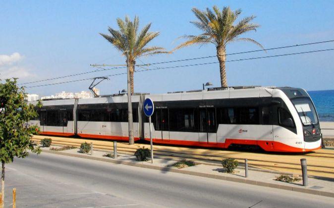 Una unidad de tren tram que circula en Alicante fabricada por la...