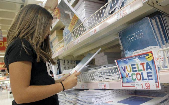 Campaña de material escolar en un supermercado.