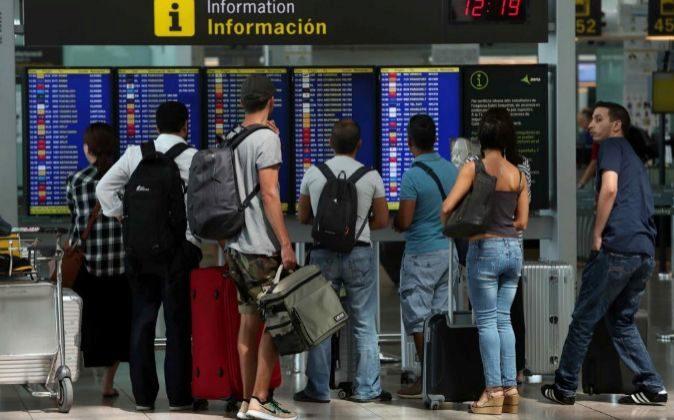 Viajeros en el Aeropuerto de El Prat (Barcelona).
