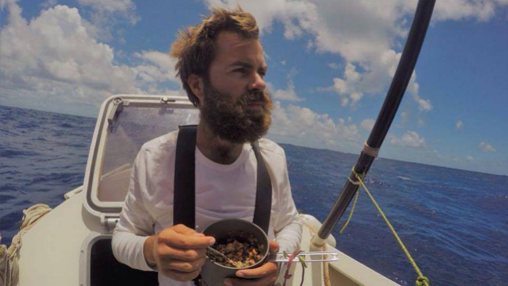 Baptiste Dubanchet, descansando en el Atlántico para comer comida...