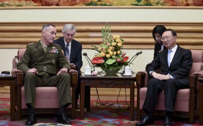 El consejero de Estado chino Yang Jiechi (d) se reúne con el...