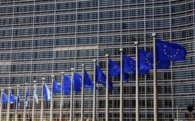 Banderas de la UE ondeando en la sede de la Comisión Europea en...