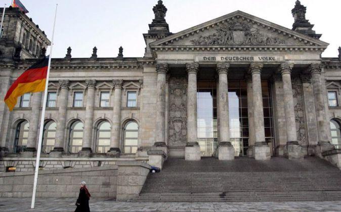 La bandera alemana ondea frente al Parlamento alemán (Bundestag) en...
