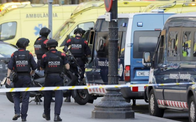 Policías patrullan en las Ramblas de Barcelona.