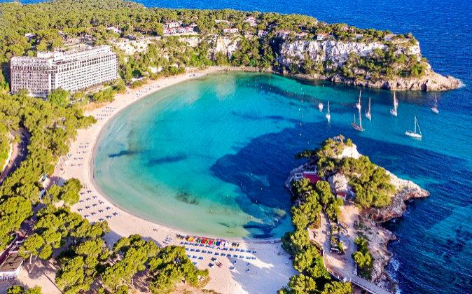 Al sur de Menorca se encuentra el Hotel Meliá Cala Galdana, que...