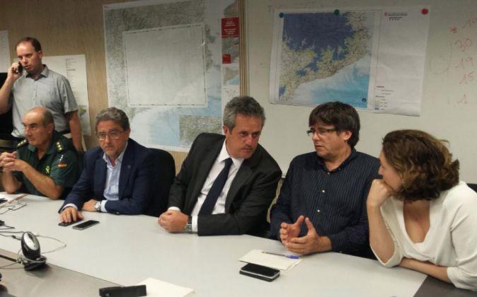 El presidente de la Generalitat, Carles Puigdemont, la alcaldesa de...
