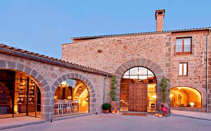 La Vella Farga se ubica en una masía típica catalana del siglo XI en...