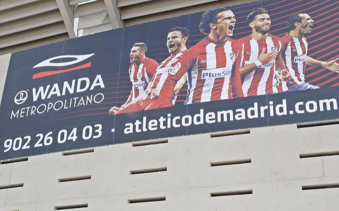 Cartel publicitario del Atlético de Madrid en el estadio Wanda...