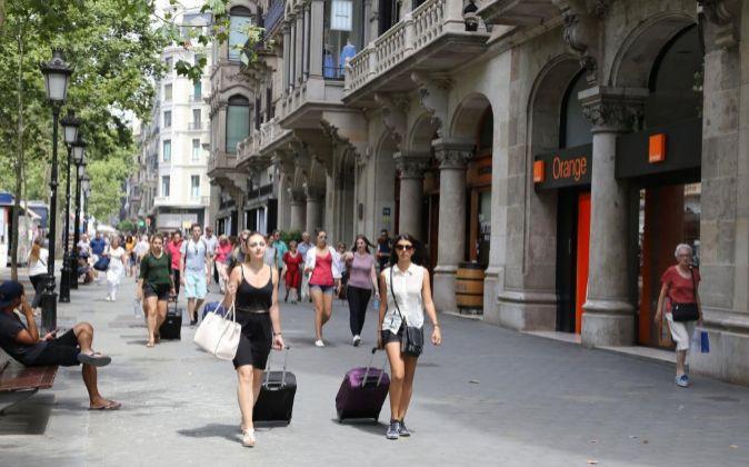 Turistas paseando por el Paseo de Gracia, una de las principales...