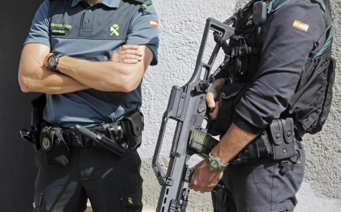 La Guardia Civil registra un domicilio en la calle Pont d'Olot de...