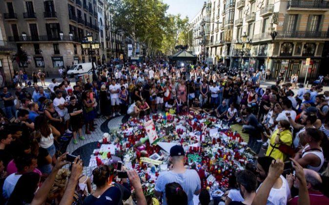 Cientos de ciudadanos se acercan a Las Ramblas para dejar flores y...