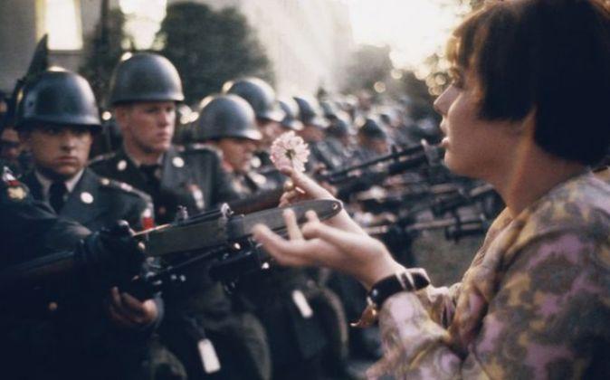 'La flor en el arma' (1967). Marc Riboud