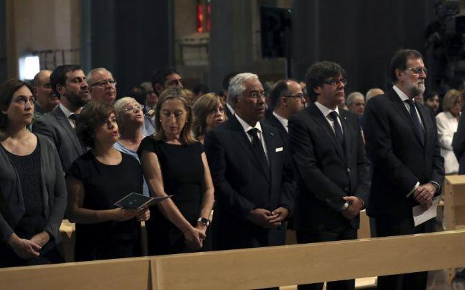 De izquierda a derecha, la alcaldesa de Barcelona, Ada Colau; la...