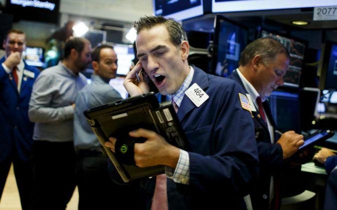 Agentes de cambio y Bolsa trabajan durante la apertura del parqué...