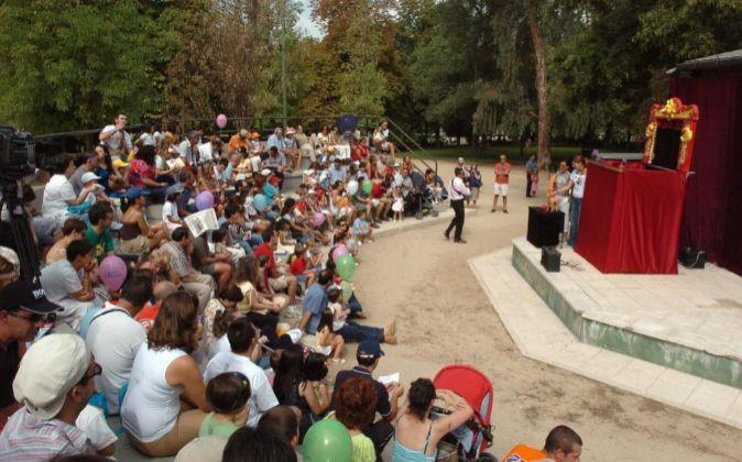 El público congregado en el Teatro de Títeres del madrileño parque...