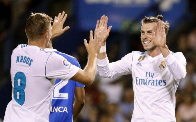 El centrocampista alemán del Real Madrid Toni kroos (i) celebra con...