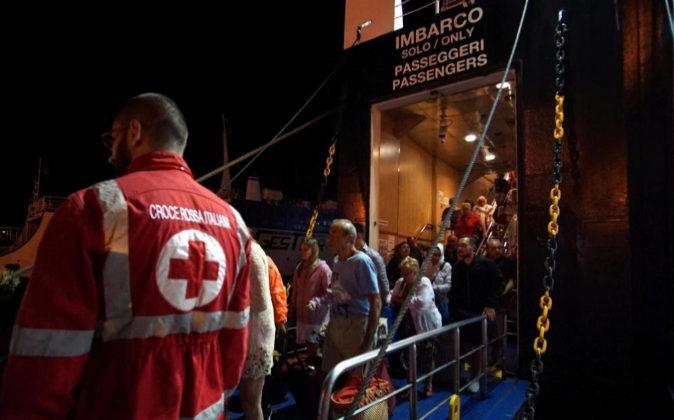 Turistas llegan hoy en ferry a Pozzuoli procedentes de la isla de...