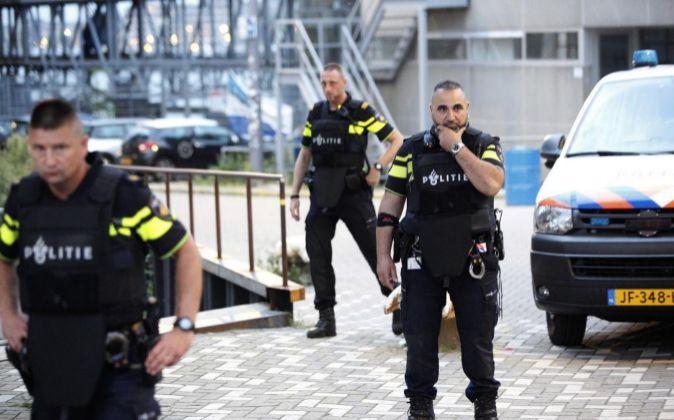 La policía acordona la zona en torno a la sala donde se iba a...