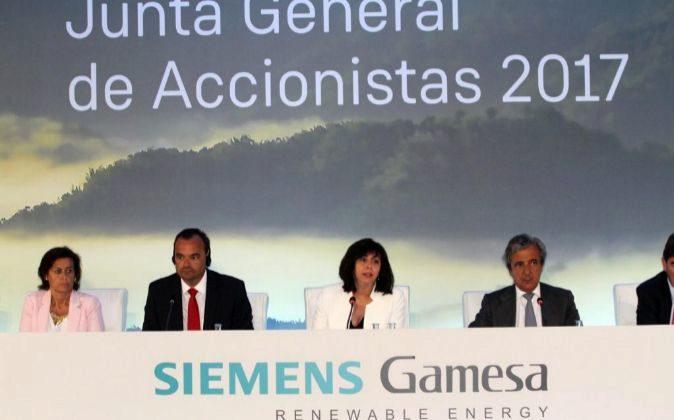 Junta general de accionistas de Siemens Gamesa. En en el centro, Rosa...