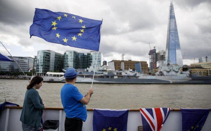 Manifestantes contra el Brexit en un barco sobre el Río Támesis...