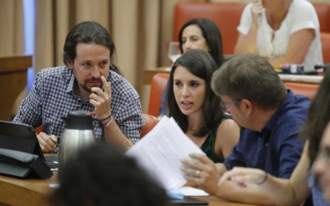 Pablo Iglesias e Irene Montero, de Podemos y Xavier Doménech, de En...
