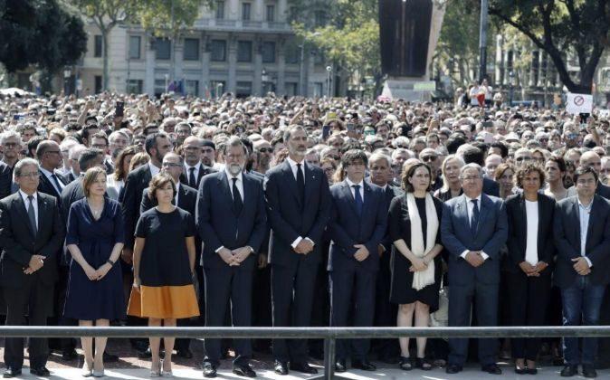El Rey Felipe VI, junto a los presidentes del Gobierno y de la...