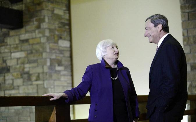 Janet Yellen y Mario Draghi conversan durante la conferencia de...