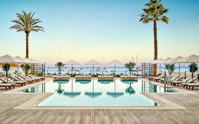 El hotel, en la Bahía de Playa Talamanca, apuesta por el estilo...