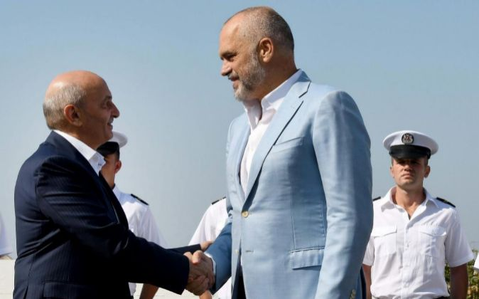 Primer ministro de Albania, Edi Rama (d) dando la bienvenida al primer...