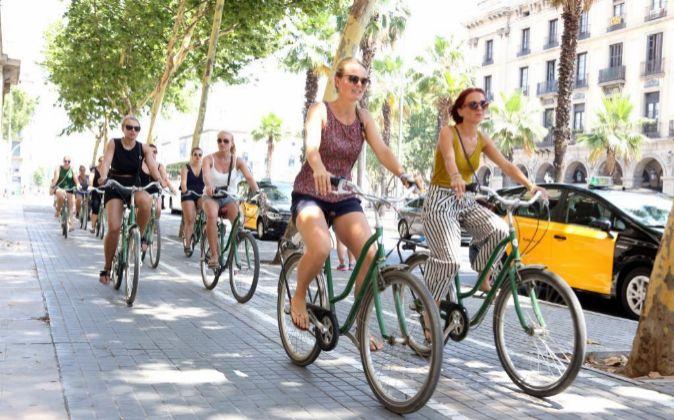 Turistas en bicicleta en Barcelona.