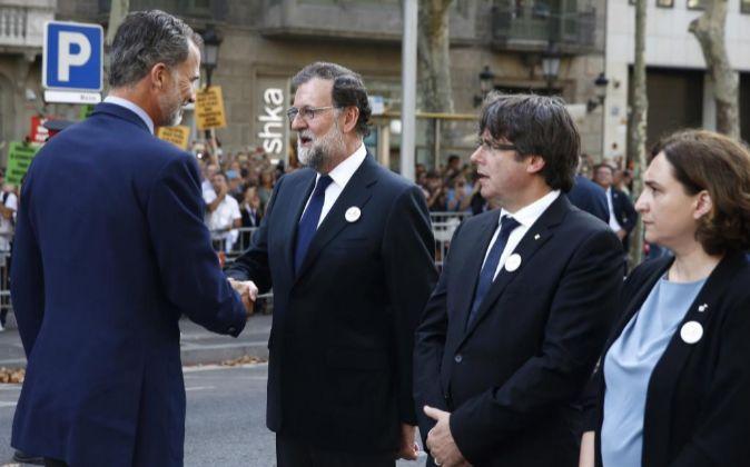 El rey Felipe saluda al presidente del Gobierno, Mariano Rajoy (2i),...