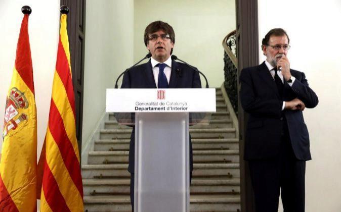 El presidente de la Generalitat de Cataluña, Carles Puigdemont, y el...