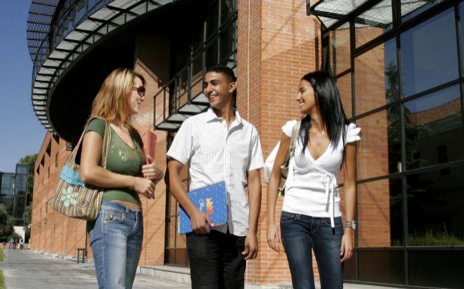 En la imagen,tres estudiantes en la Universidad Carlos III de...