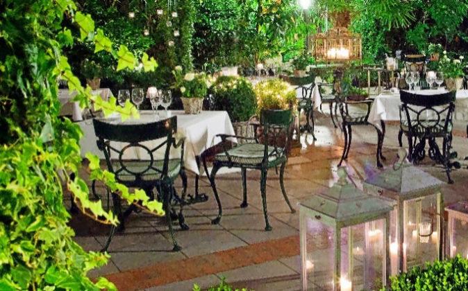 El restaurante se traslada al patio interior con el buen tiempo.