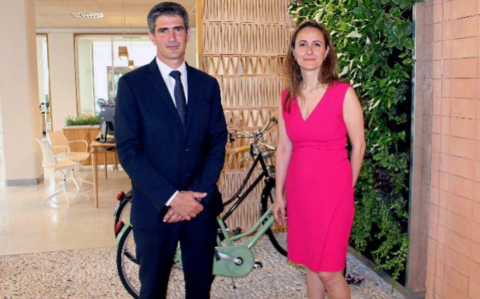 El director general de Triodos Bank España, Mikel García-Prieto, y...