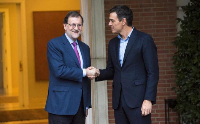 Imagen de archivo en la que Mariano Rajoy estrecha la mano a Pedro...