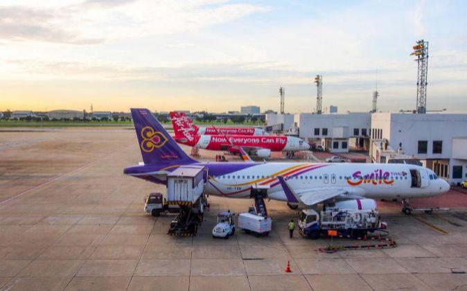 Aviones comerciales en el aeropuerto internacional de Don Muang en...