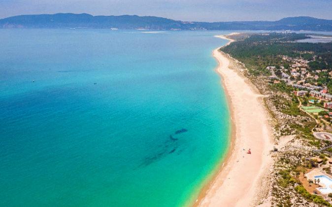 El Océano Atlántico baña la península de Tróia, con 15...