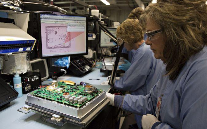 Trabajadoras en una planta de producción de Rockwell Collins.