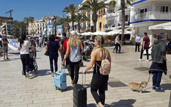 Turistas en la playa de Sitges (Barcelona).