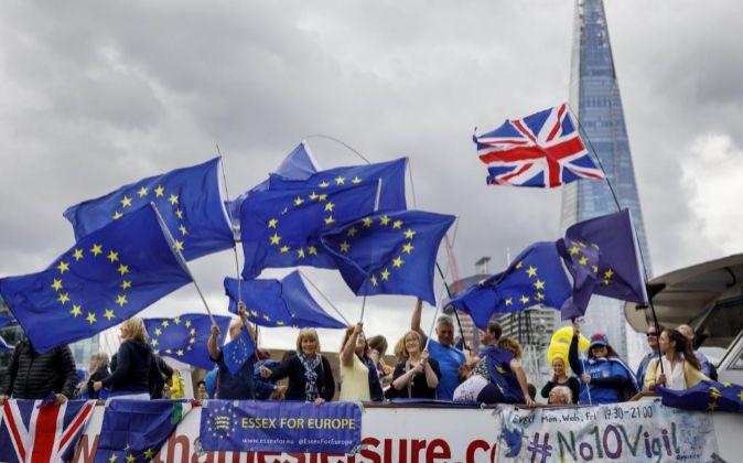 Varias personas con banderas de la Unión Europea protestan contra el...