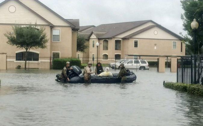 Un grupo de Marines ayuda en las labores de rescate y evacuación en...