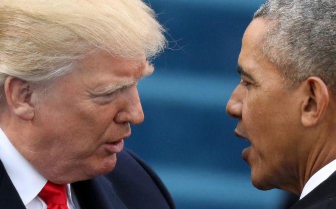 Donald Trump habla con el expresidente Obama durante su toma de...