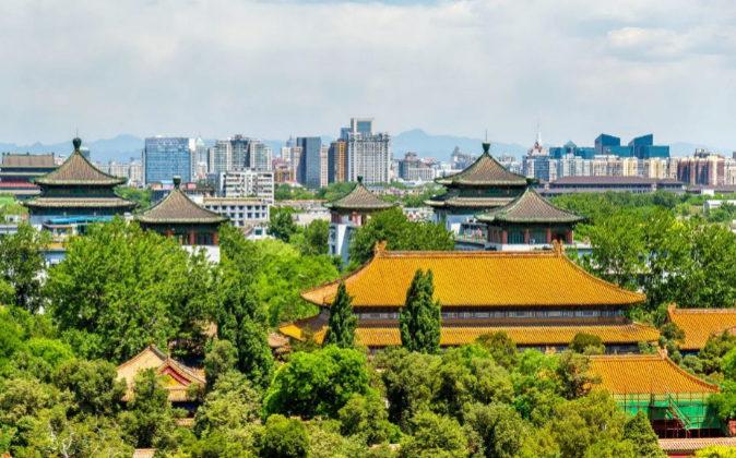 Imagen del palacio de Jingshan y, al fondo, la ciudad de Pekín
