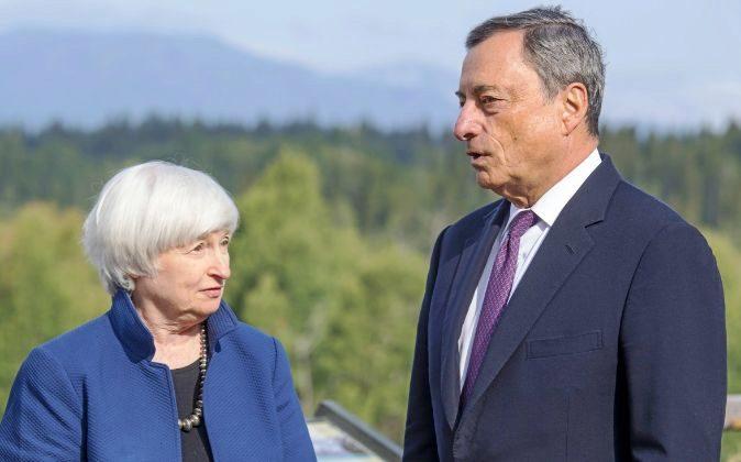 Janet Yellen, presidenta de la Reserva Federal, y Mario Draghi,...
