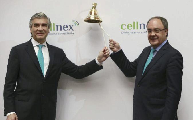 El presidente de Cellnex, Francisco Reynés (i), y el consejero...