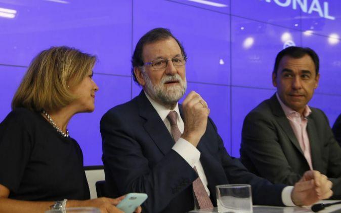 El presidente del Gobierno y del Partido Popular, Mariano Rajoy (c),...