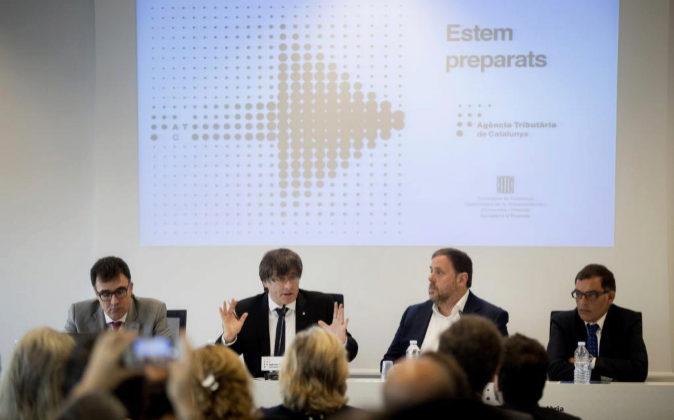 El presidente de la Generalitat, Carles Puigdemont (2i), y el...