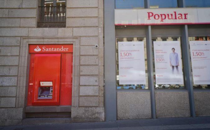Sucursal de Banco Santander junto a una de Banco Popular.